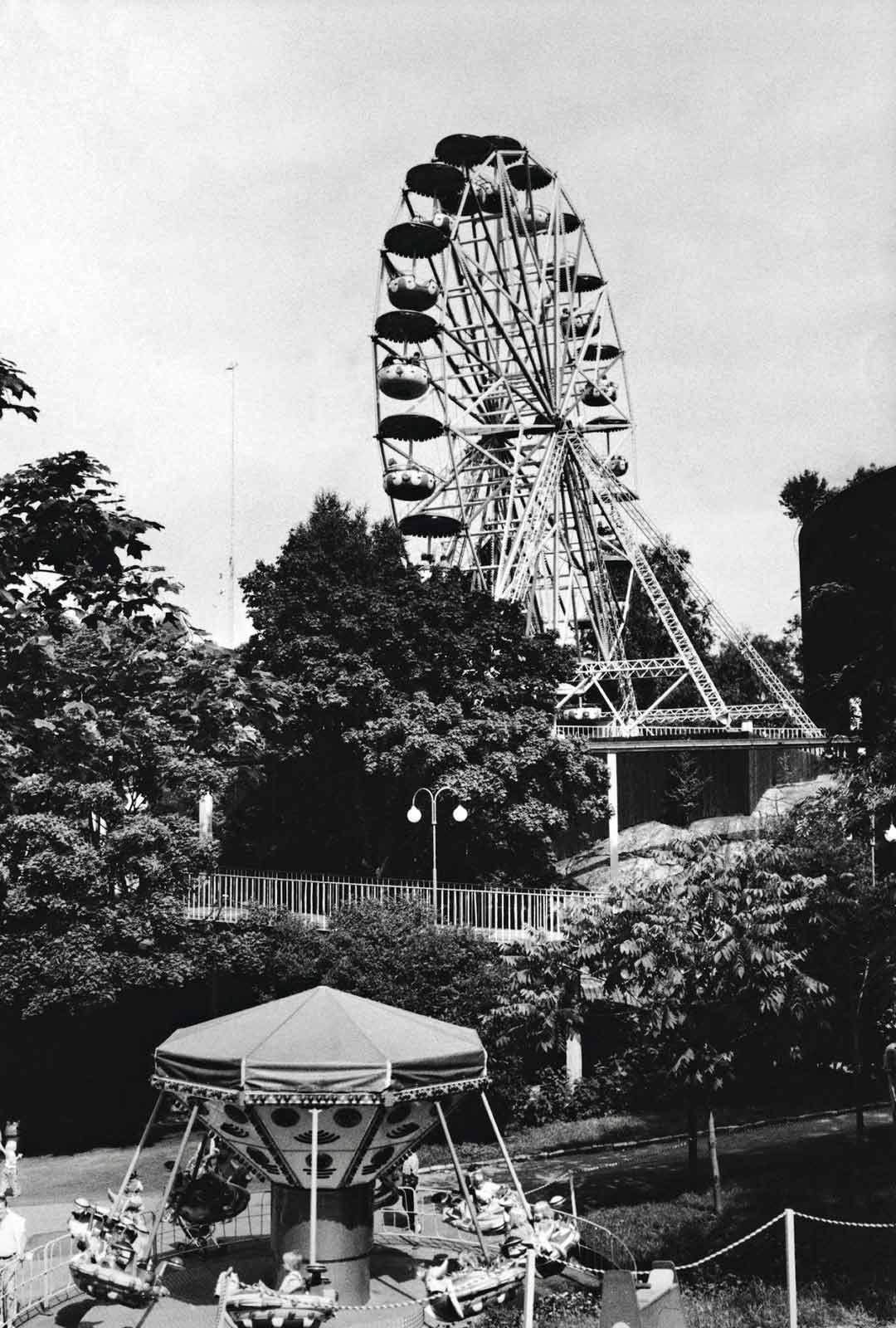 Maailmanpyörä on vaihtanut nimeä moneen kertaan ja on nykyään Rinkeli. 1980-luvun lapset muistavat Apollo-karusellin.