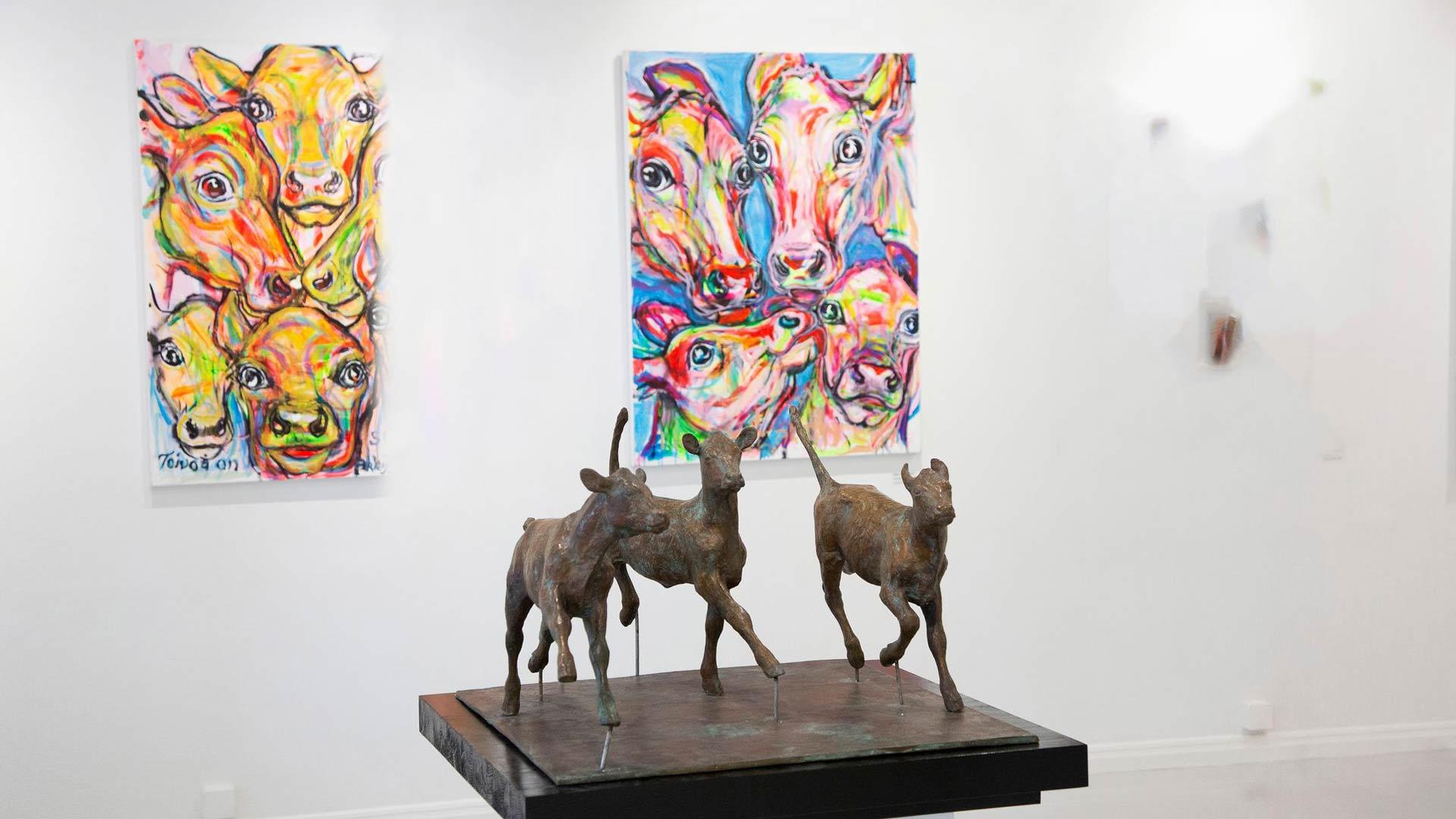 Taidekeskus Salmelan kesässä nähdään Miina Äkkijyrkän maalauksia ja veistoksia. Teosten aiheena ovat lehmät ja hevoset.