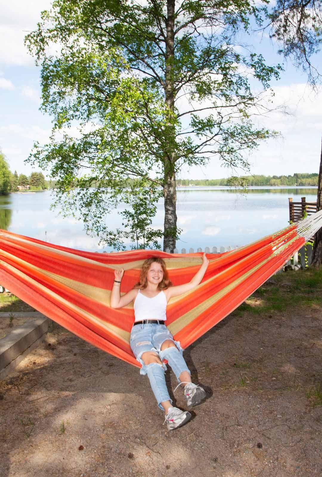 Mäntyharjulainen Iina Maczulskij nautti kesäpäivästä ravintola Kurkiniemen kesäterassin riippumatossa.