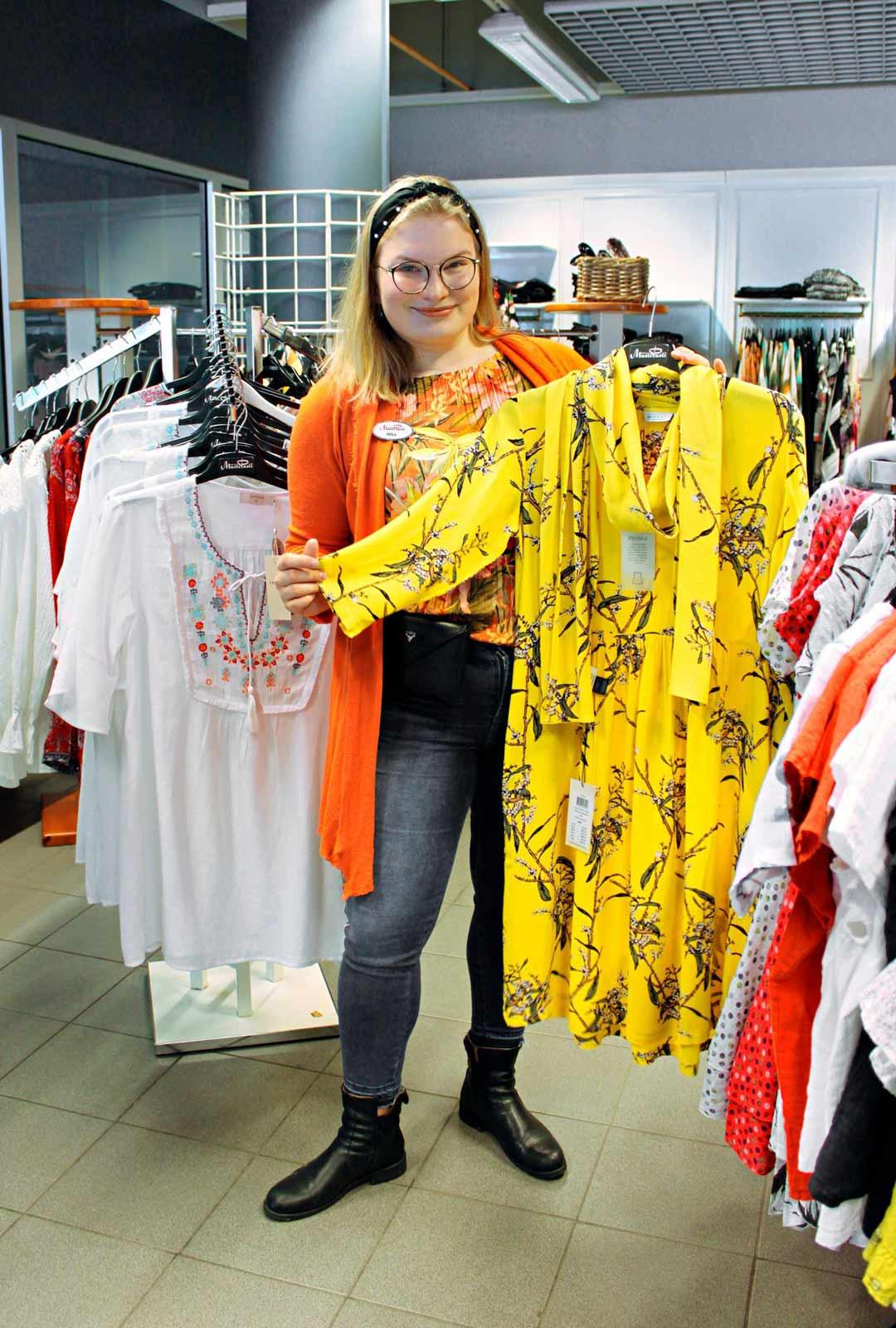 Jo neljättä kesää Tarjan Muotipuodissa työskentelevä Nina Lyytikäinen on tuttu näky myös liikkeen muotinäytöksissä. Tämän hetken ehdoton suosikkiväri on keltainen.