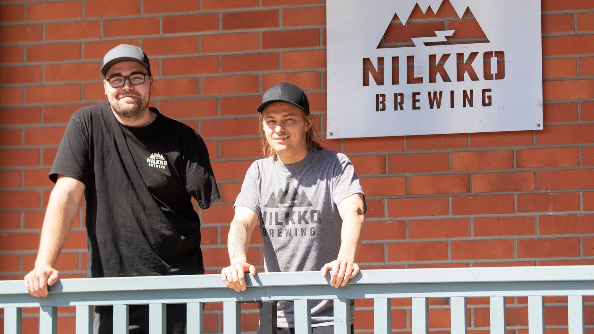 Panimoyrittäjä Iiro Heikkilä ja työntekijä Juuso Turkki ovat kehittäneet Nilkko Brewingista suositun käyntikohteen olutharrastajien keskuudessa.
