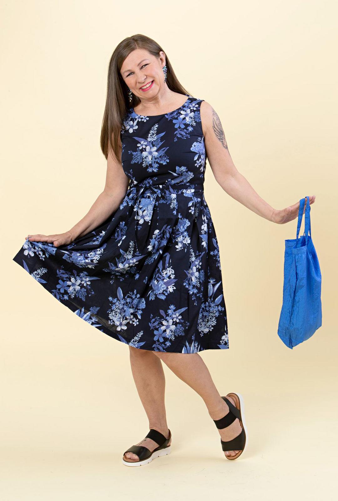 Tanssilavojen suosikkiasu on kukkakuvioinen mekko, jossa on hulmuavat helmat. Istuva yläosa ja a-linjainen alaosa tekevät mallista supernaisellisen.