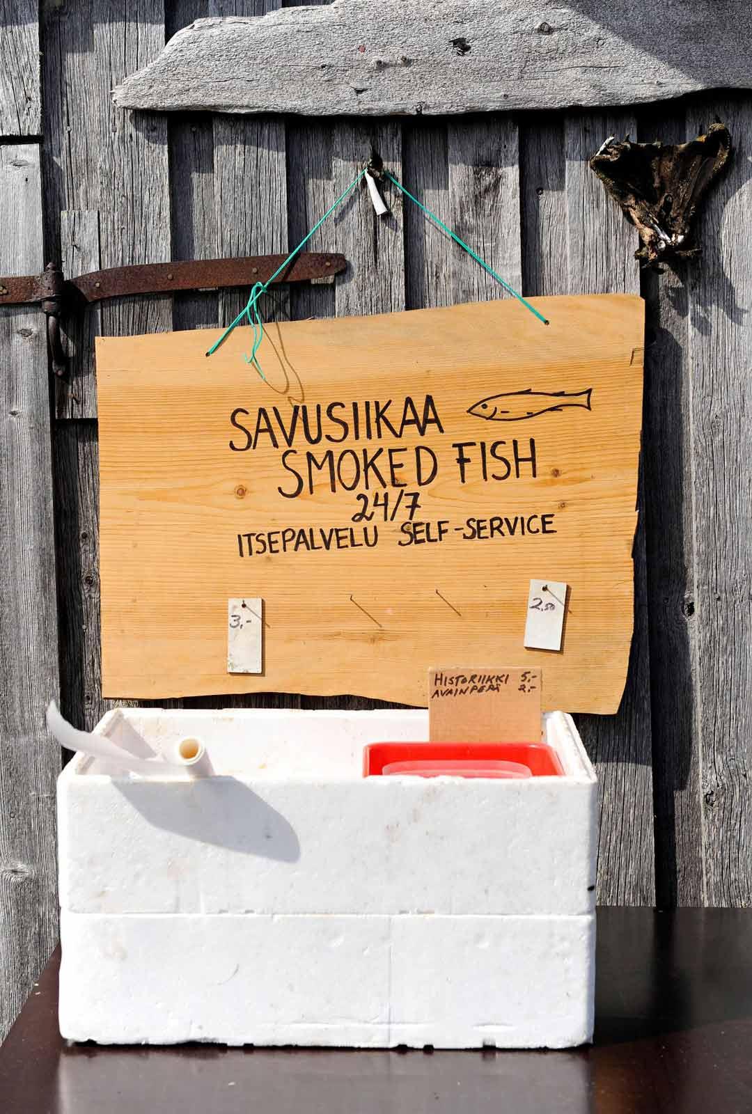 Päiväpurjehduksella vierailevat voivat herkutella kalastaja Pasi Pääkkösen savusiioilla.