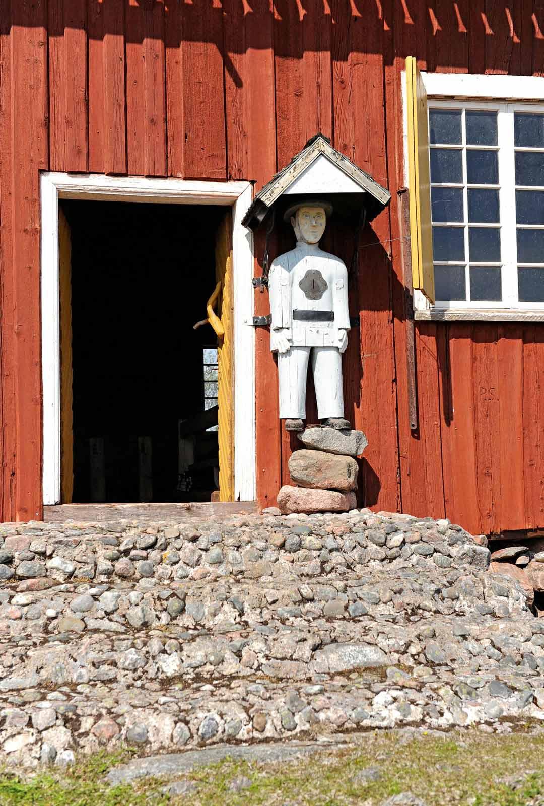 Kirkon ovella on seissyt jo yli 50 vuotta vaivaisukko, jonka veisti kalastaja ja puuseppä Ville Orell Kalajoelta.