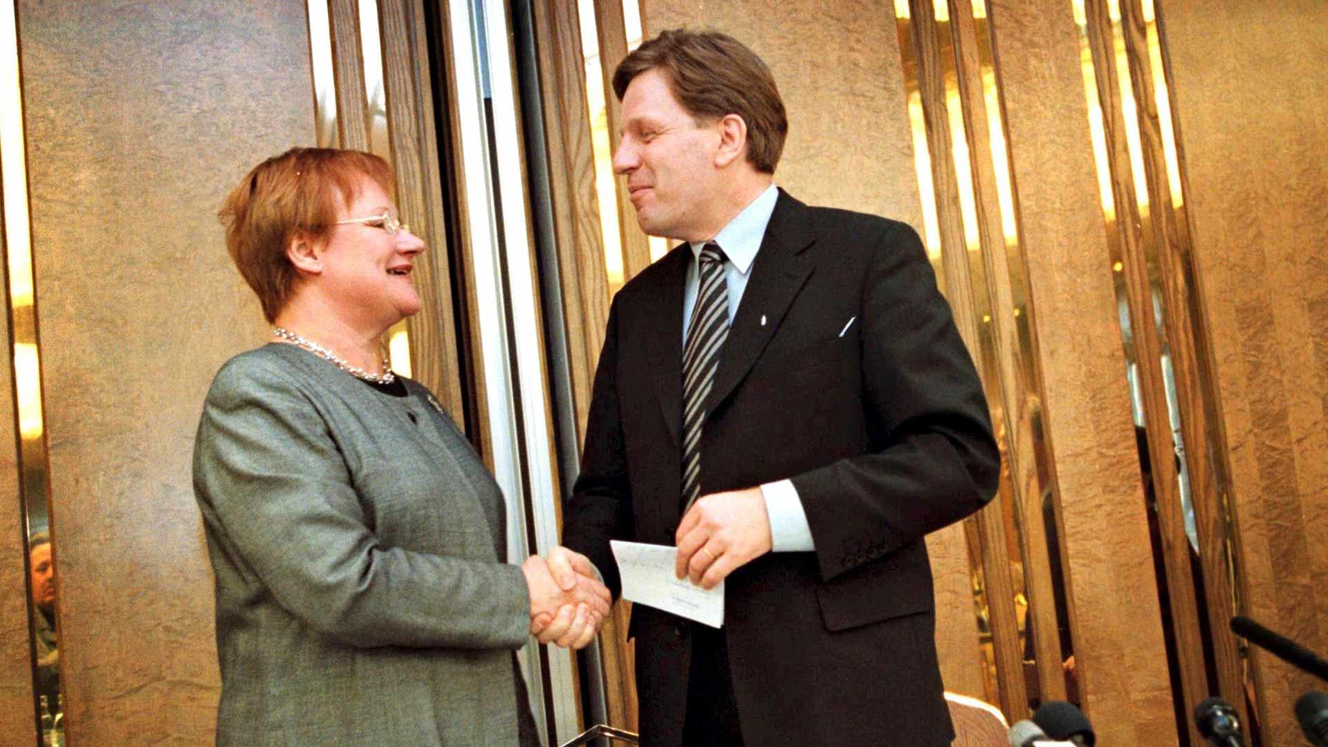 Esko Aho luotsasi Suomen 1990-luvun hirvittävän laman läpi, ja kansa kiitti äänestämällä tilalle pääministeriksi Paavo Lipposen ja presidentiksi Tarja Halosen.