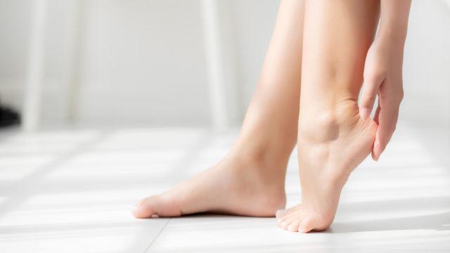Jalat on käytännöllisintä voidella joka ilta ennen nukkumaan menoa.