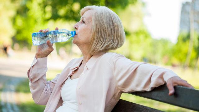 Helteellä pitäisi muistaa juoda riittävästi, muuten keho kuivuu herkästi. Ikääntyneet ja pikkulapset kuivahtavat vielä muita herkemmin.