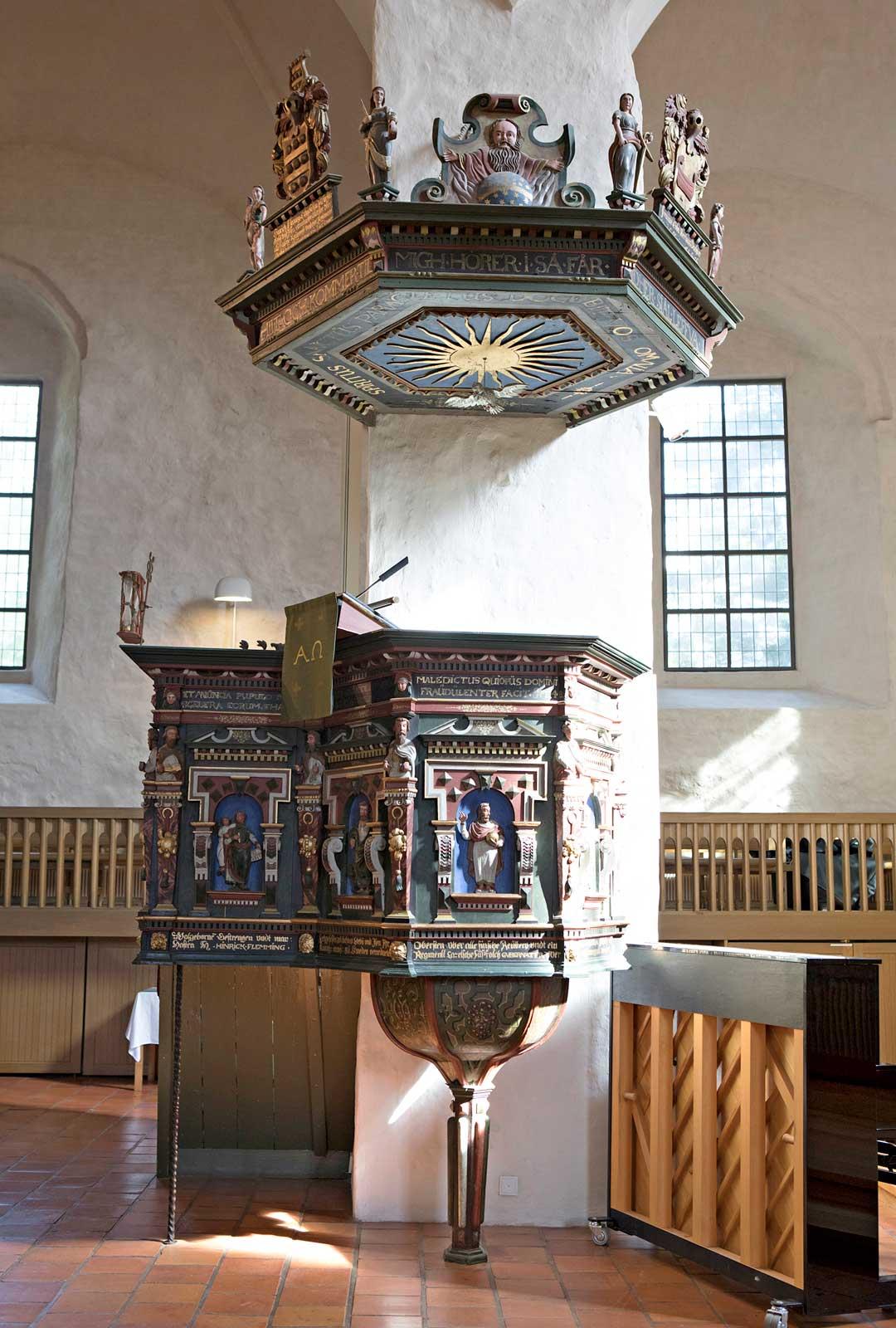 Kirkon värikäs renessanssityylinen saarnastuoli on vuodelta 1622.