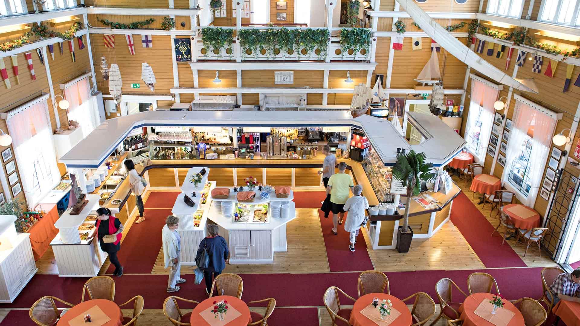 Ravintola Merisali on tunnettu merellisestä buffetistaan.