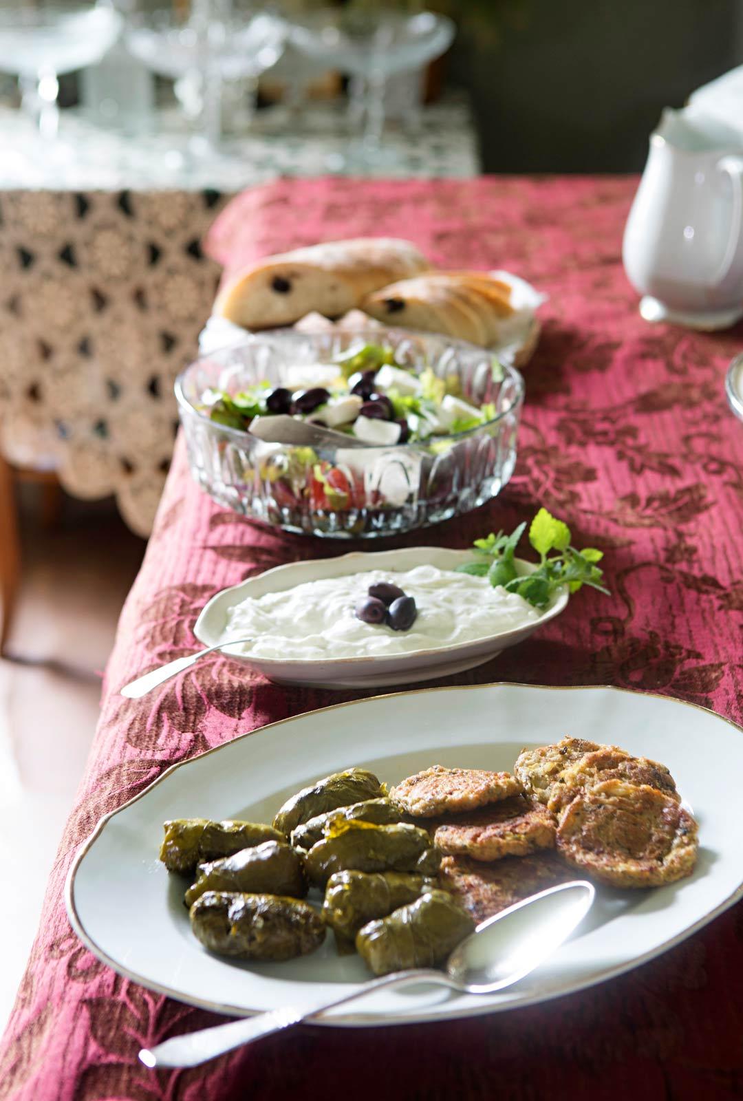 Kreikkalaisia herkkuja pöytään.