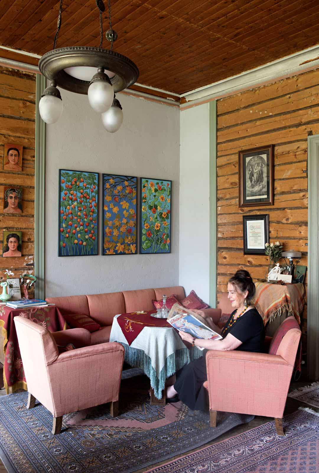Talon monissa huonekaluissa on vielä alkuperäinen verhoilu 30-luvulta, kuten salin sohvaryhmässä. Seinällä on Kaisan taidetta.