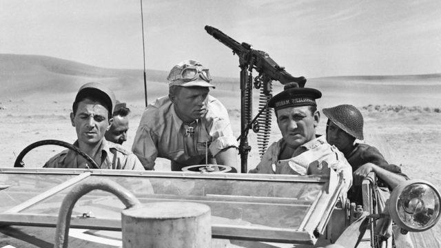 Tunnetuimpina näyttelijöinä elokuvassaTaksilla Tobrukiin nähdään Charles Aznavour (vas.), Hardy Krüger (kesk.) ja Lino Ventura (oik.).