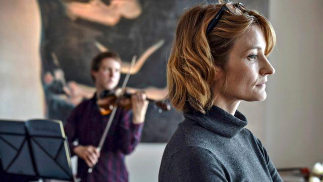 Karin (Matleena Kuusniemi) menettää soittokykynsä ja alkaa opettaa nuorta lupaavaa viulistia Anttia (Olavi Uusivirta) elokuvassa Viulisti.