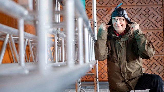 Paavo Kerkkänen laittaa propellihatun päähänsä, mikä ilmentää komiikkaa eli yhtä esitettävän huumorin  lajeista.