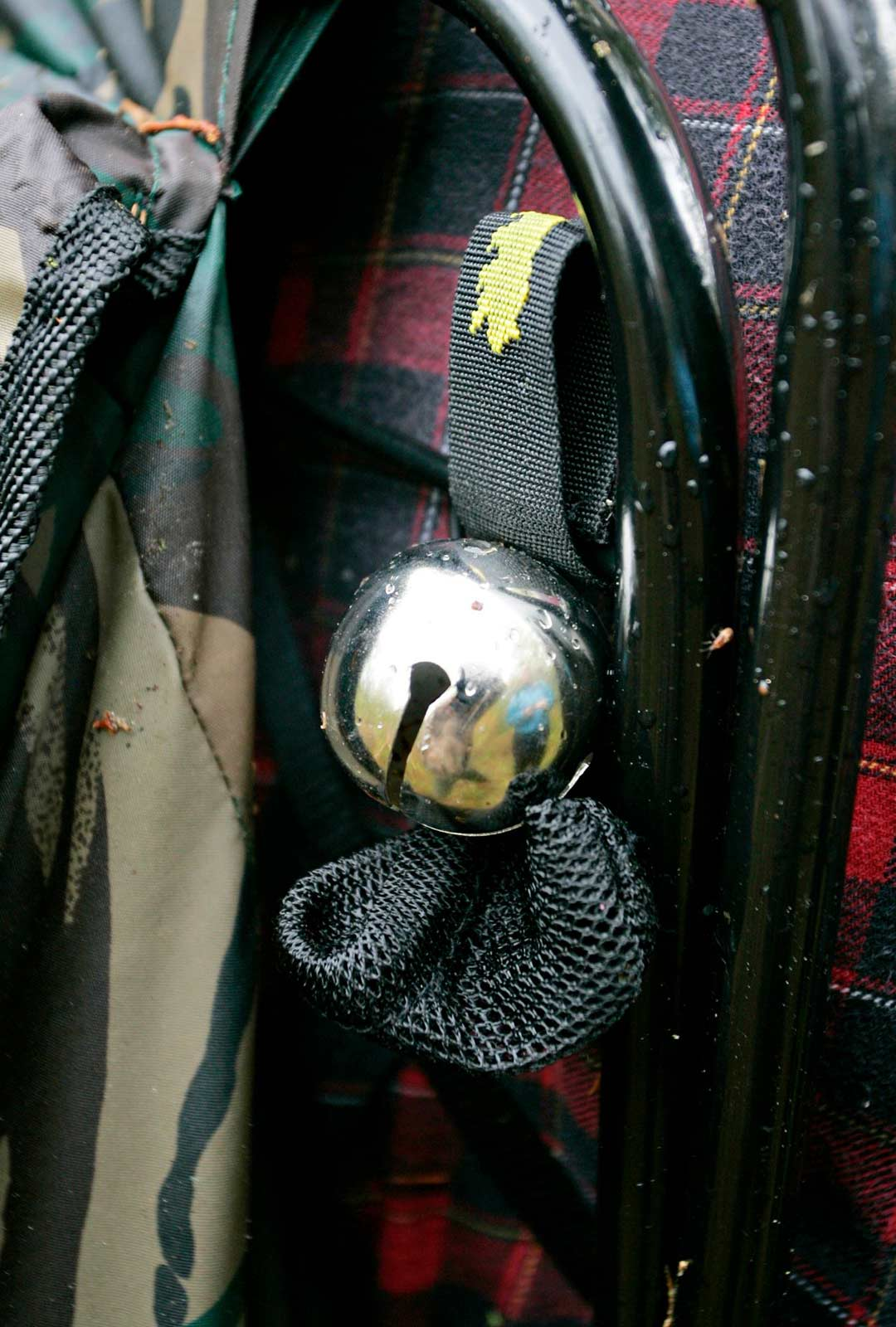 Vaatteisiin voi kiinnittää karhukellon tai muun helistimen karhujen varalle.
