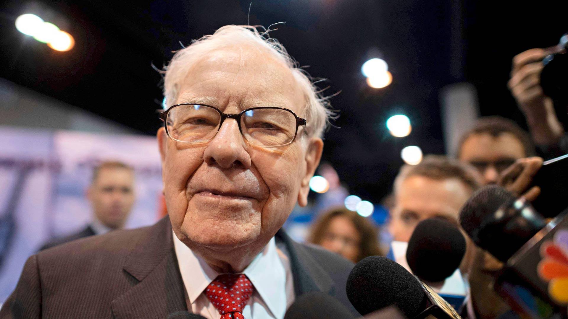 90-vuotiasta Warren Buffettia moitittiin maaliskuussa hitaaksi, koska hän ei realisoinut osakkeitaan äkkirysäyksellä.