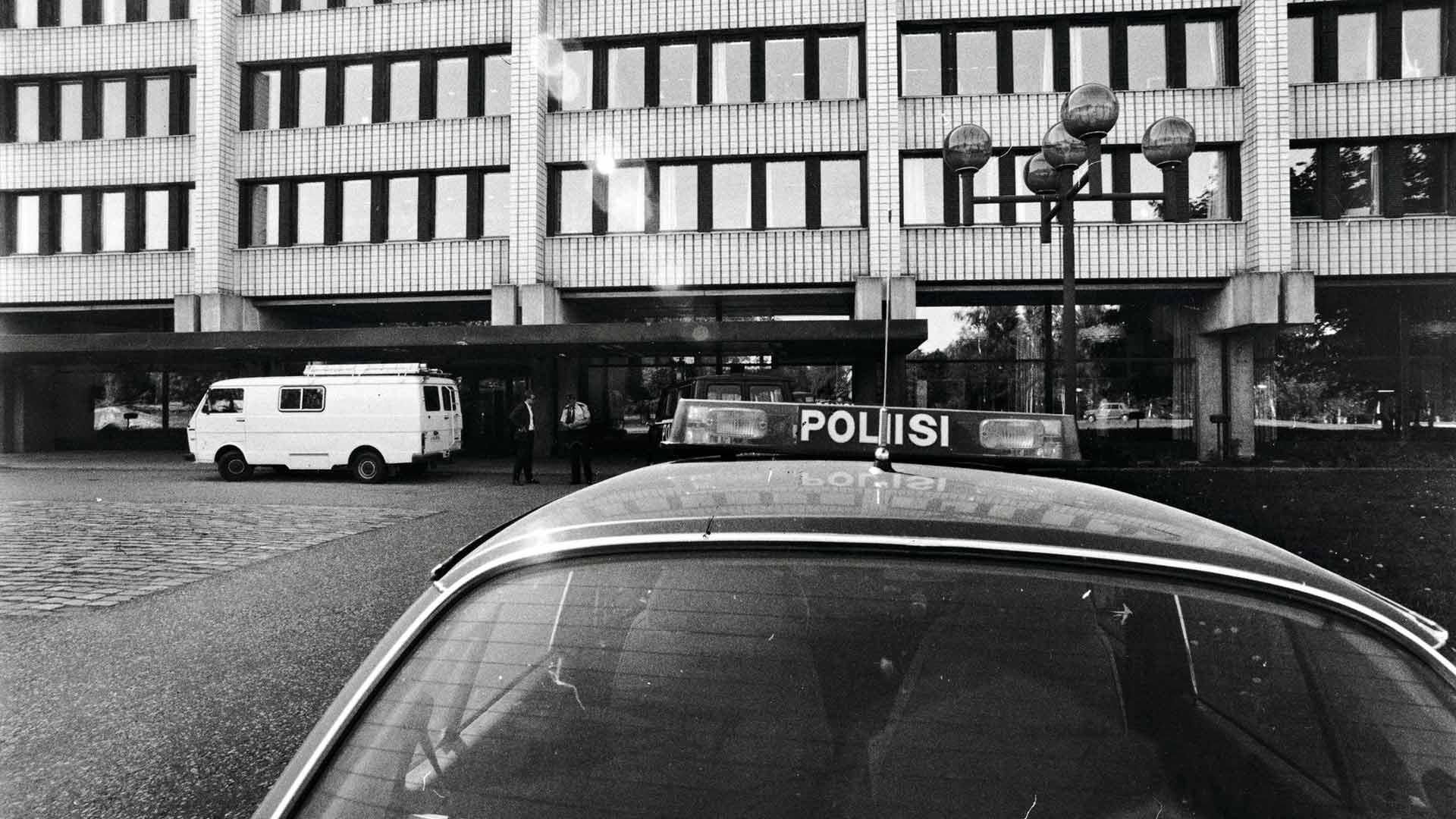Yleisradion hallintorakennus sijaitsi 80-luvulla vielä Töölön Kesäkatu 2:ssa. Kirjepommi räjähti rakennuksen seitsemännessä kerroksessa pääjohtajan toimiston viereisessä huoneessa.