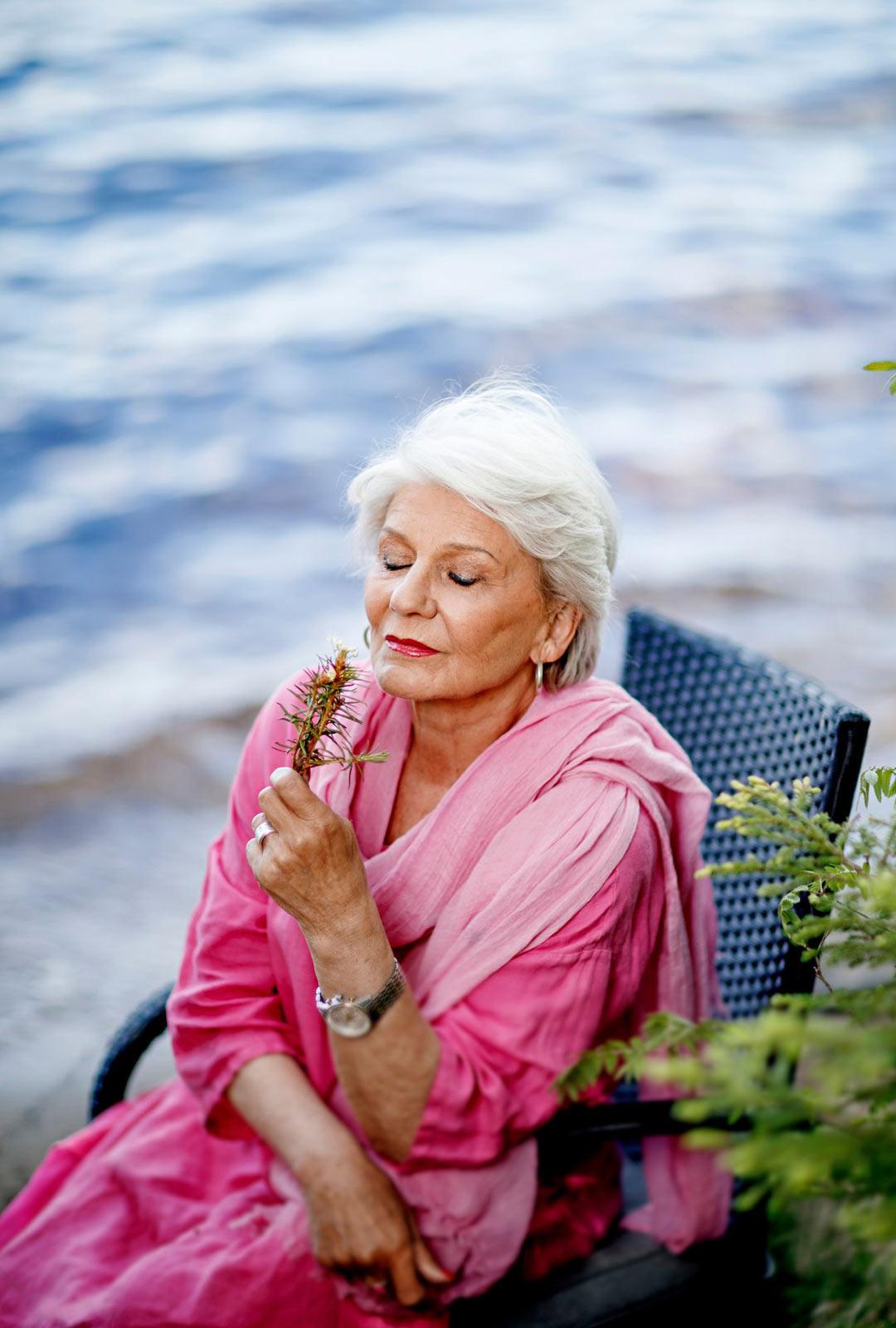 """Jos yksinäisyys joskus yllättää, Ritvalla on metodi sen hälventämiseen: """"Lähtee hitaasti toimimaan tähän päivään. Ottaa kiinni elämän kahvoista. Siitä se sitten taas käynnistyy."""""""