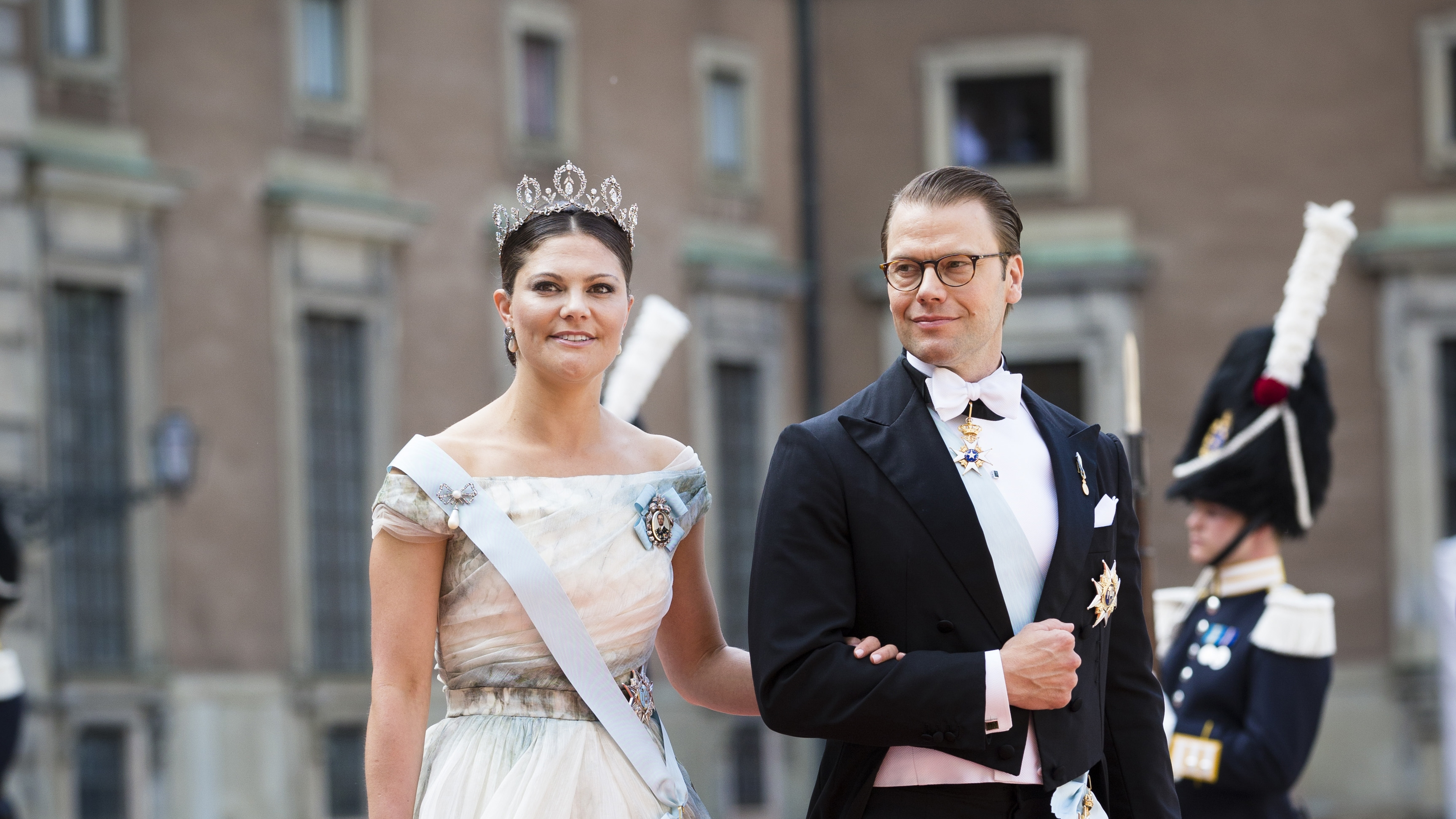Sekä Victoria että Silvia tunnetaan tyylitajustaan. Kruununprinsessa Victoria puolisonsa Danielin kanssa prinssi Carl Philipin häissä Tukholmassa.