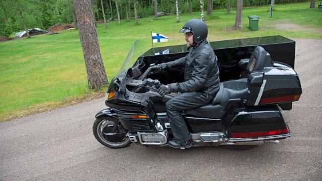 Vesa Suokas on rekisteröinyt Suomen ensimmäisen ruumismoottoripyörän perinteisen ruumisauton vaihtoehdoksi.