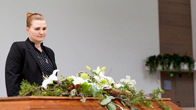 Heidi Kjelin toivoo vainajan katselevan taivaasta hautajaisiaan hyvillä mielin.