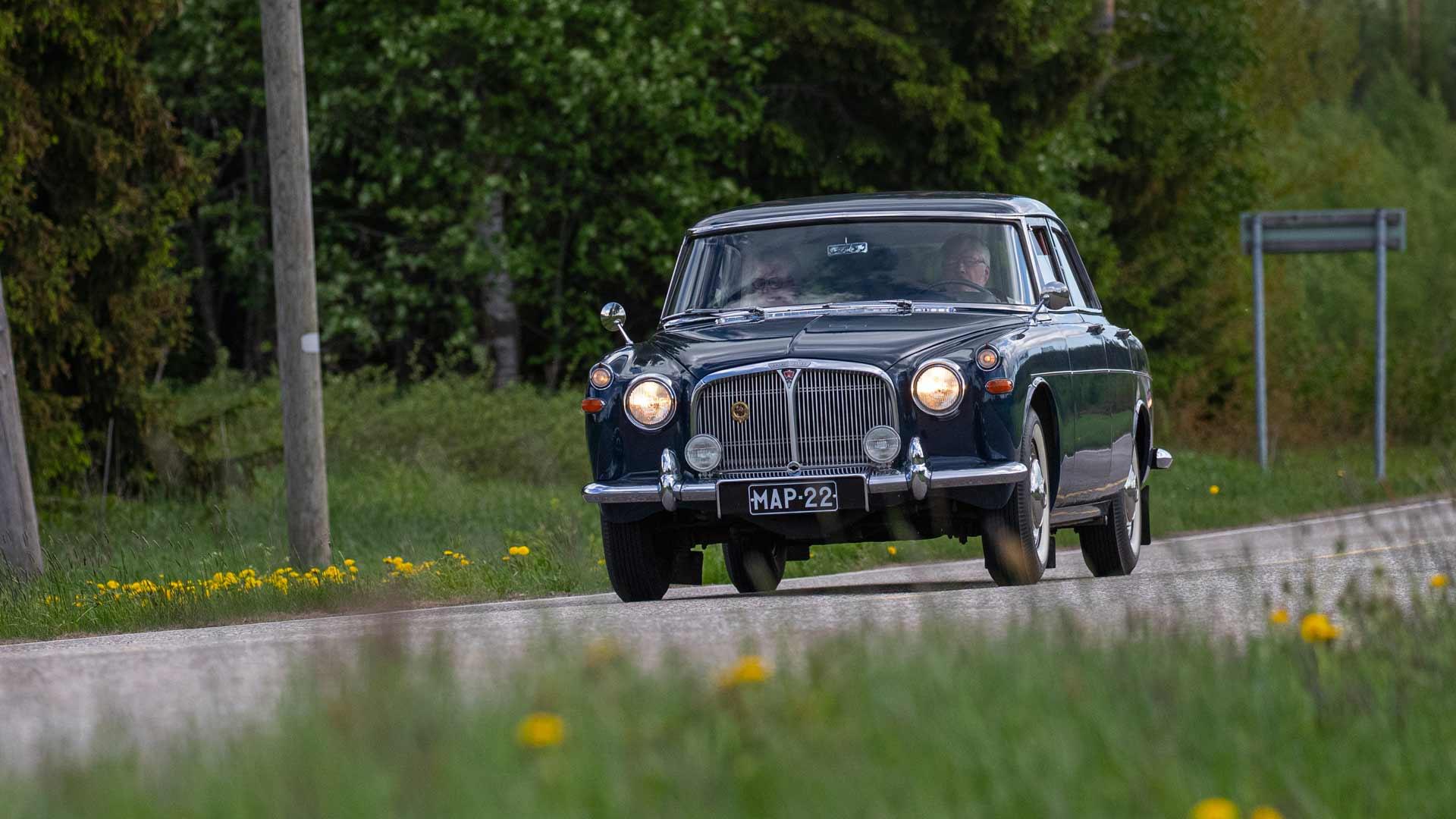 Alun perin englantilaisten aatelisten automalli sopii myös suomalaiseen maalaismaisemaan.