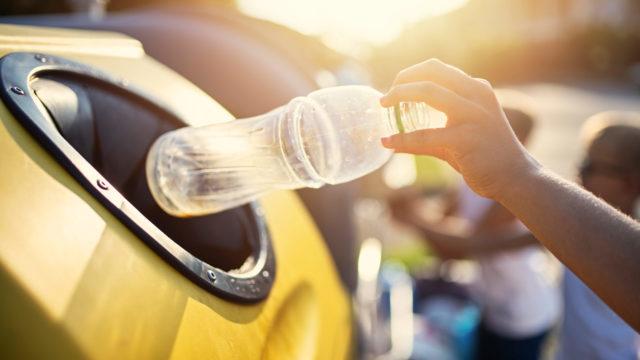 Muovinkerätysastioiden määrä taloyhtiöiden roskakatoksissa on kasvanut viime vuosina.