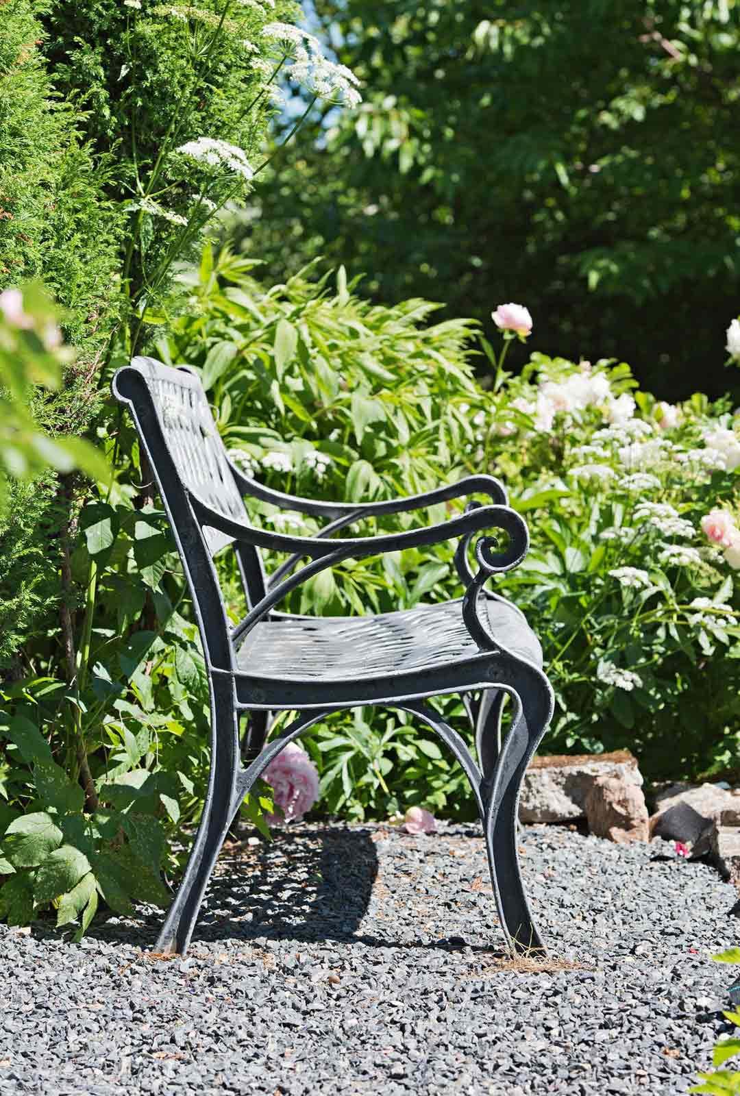 Penkille kukkien keskelle on ihana välillä istahtaa nauttimaan puutarhan tunnelmasta.