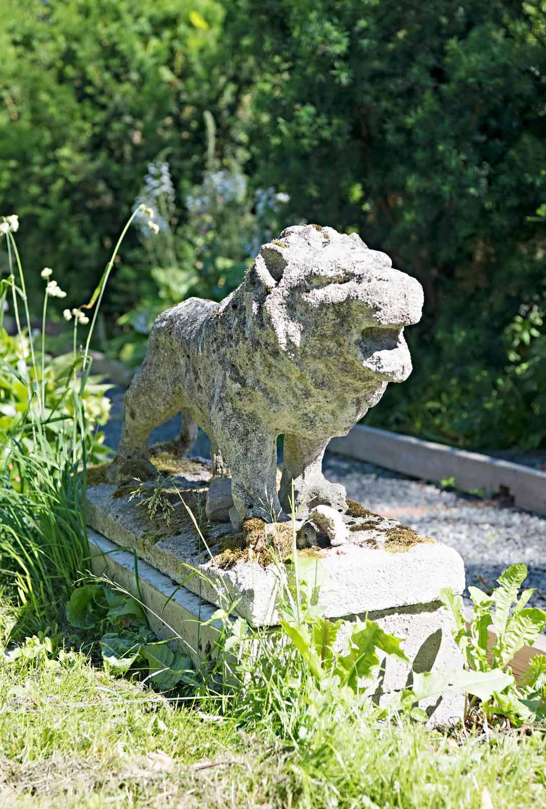 Leijonapatsaat vartioivat puutarhaa.