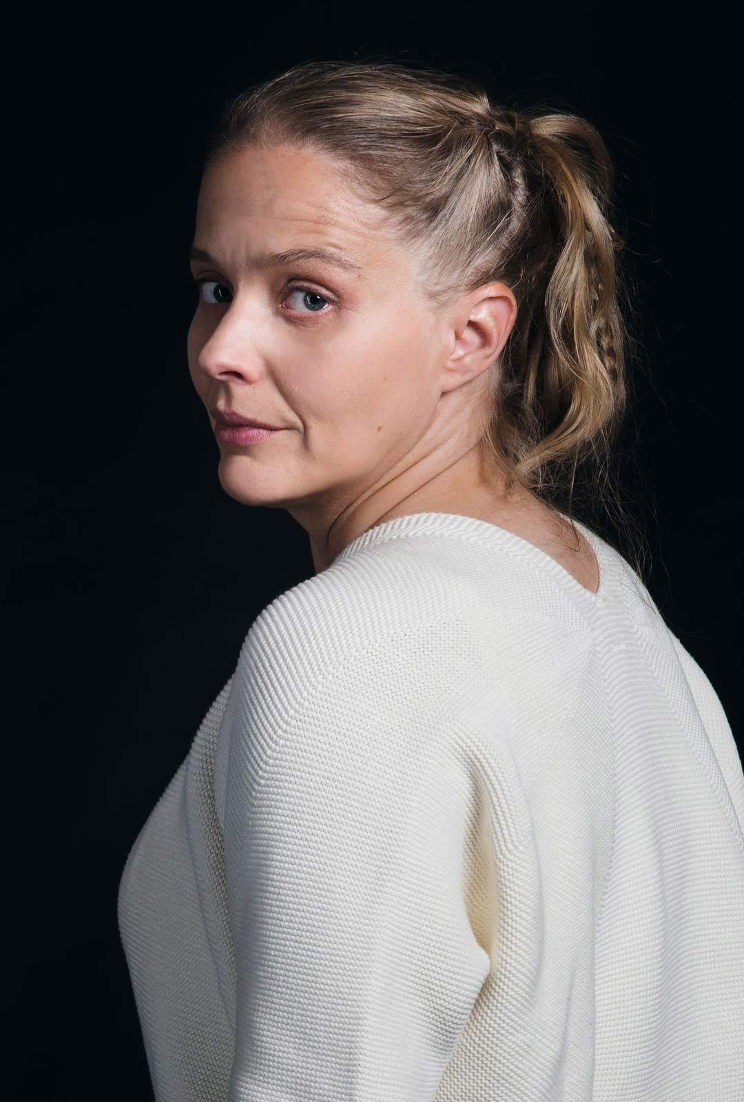 Turun yliopiston tutkija, tietokirjailija Nina Kokkinen on kuratoinut Villa Gyllenbergin taidenäyttelyn Salatun tiedon tie. Akseli Gallen-Kallelan maalaus Ad Astra on eräs näyttelyn keskeisimmistä teoksista.