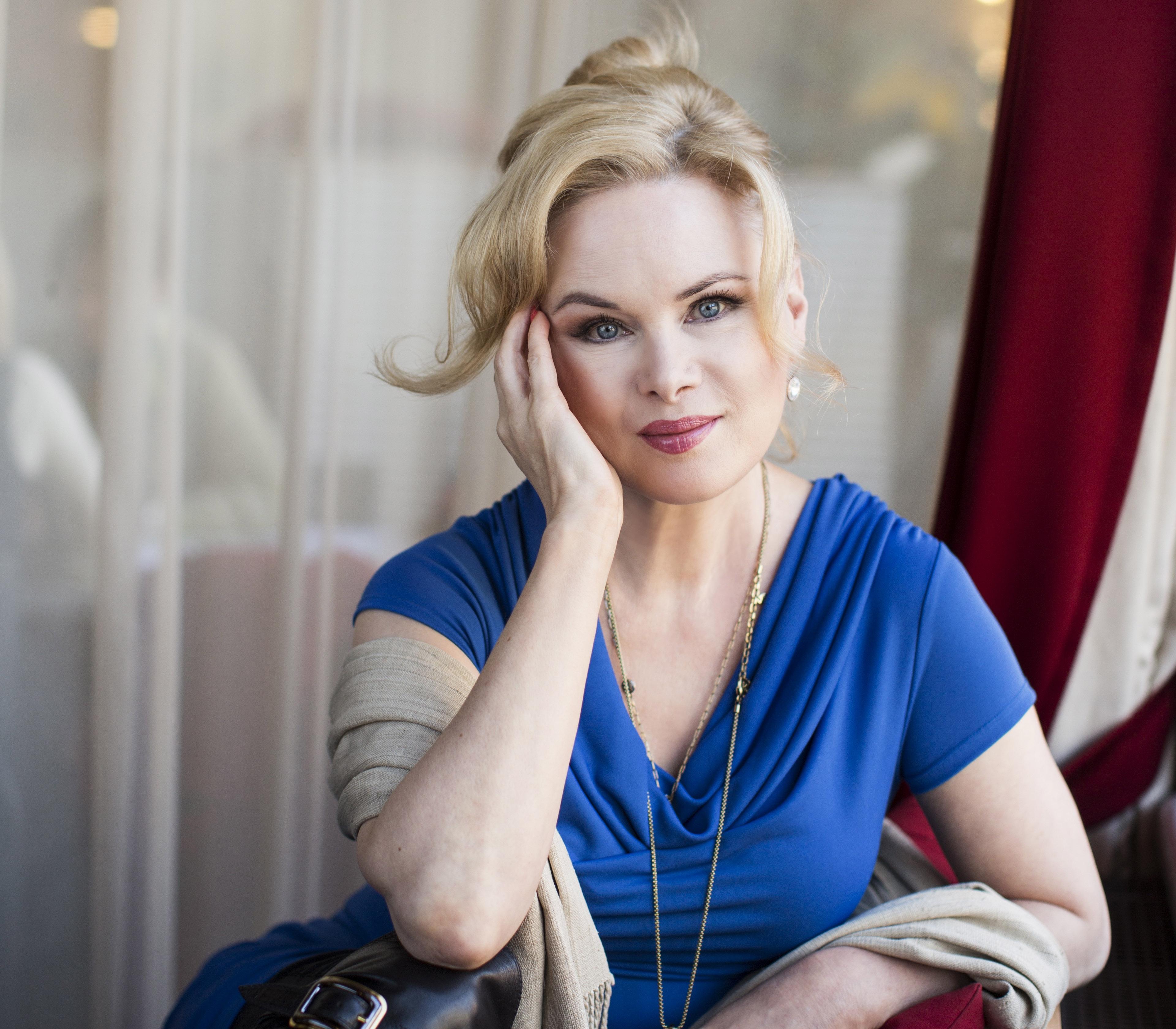 Ohjaaja-näyttelijä Sara Melleri vertaa Annassa Helenaa Madonnaan ja Marilyn Monroeen: hän on hypernaisellinen underground-kulttuurin ikoni, jota ei voi arvoida pelkän ulkonäön perusteella.
