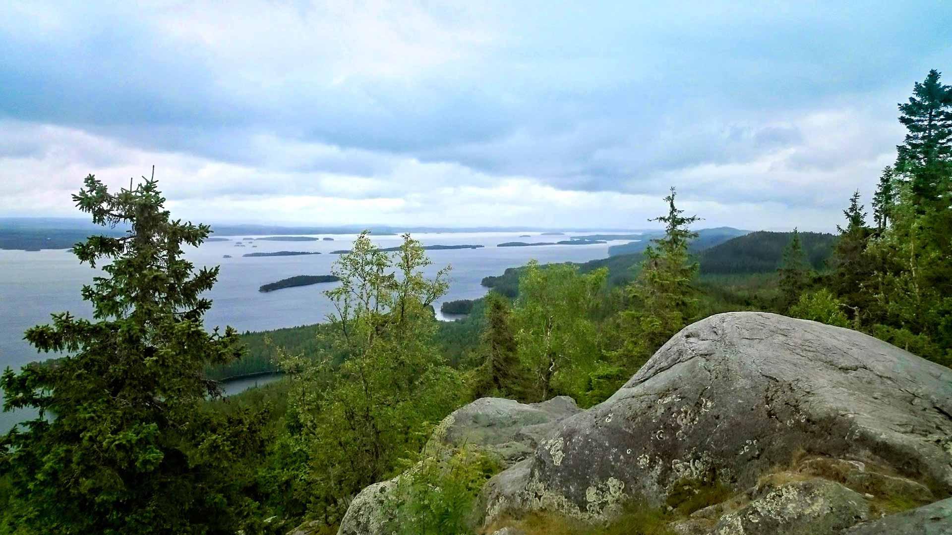Ukko-Kolin huipulta voi ihailla Suomen yhtä kuvatuimmista maisemista.