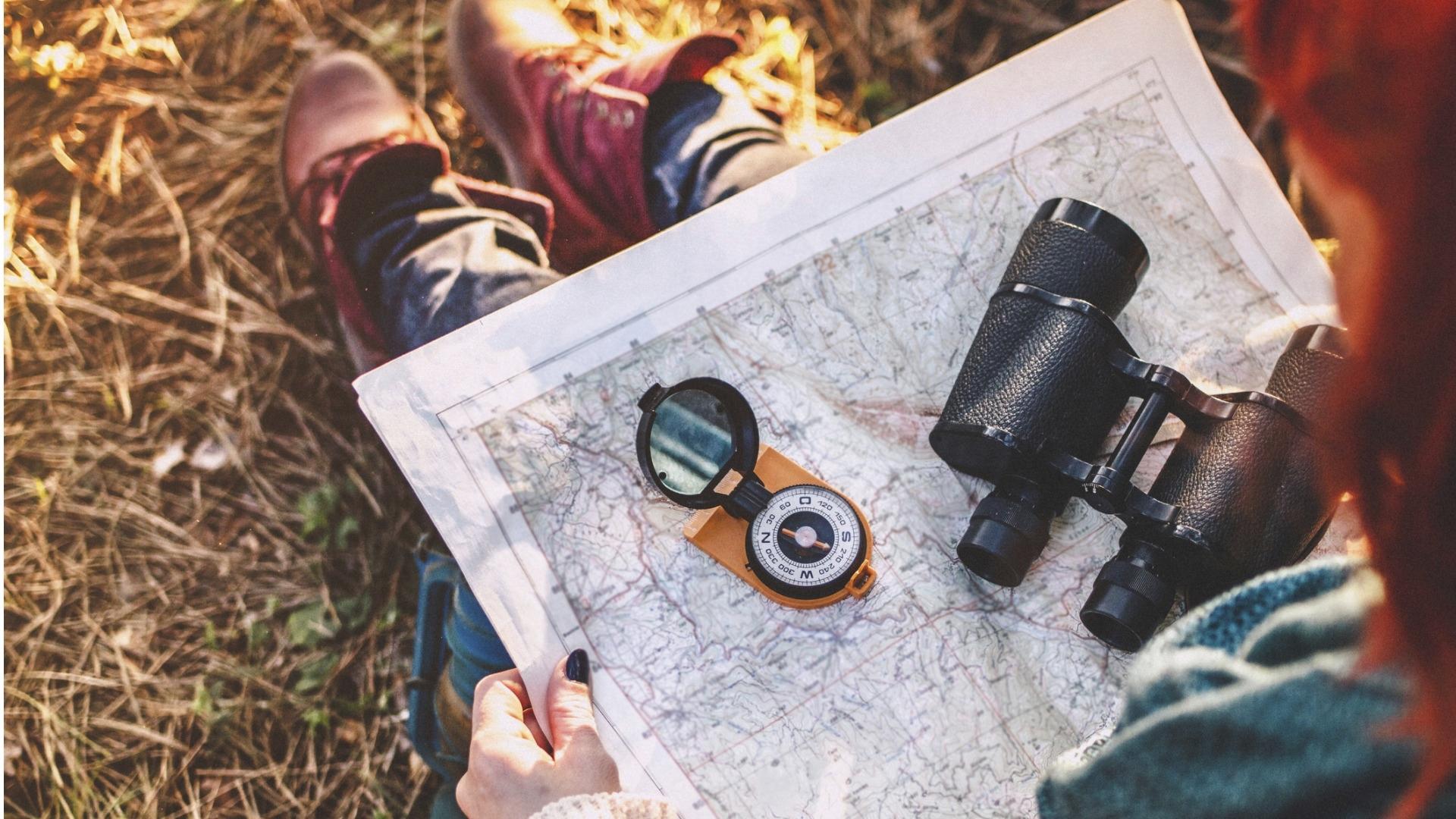 Kompassin käyttö, kartan suuntaaminen ja maaston lukeminen ovat suunnistamisen perustaitoja, jotka on hyvä osata, jos liikkuu paljon luonnossa.