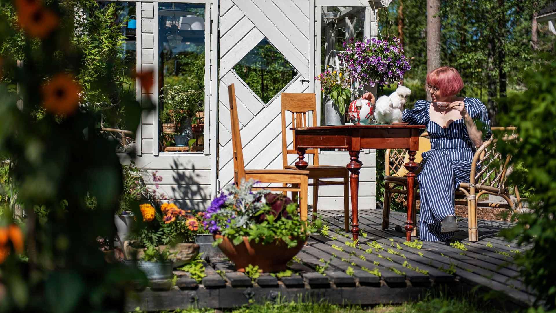 """Omassa puutarhassa on Meijusta jotakin syvästi hoitavaa ja korjaavaa. """"Puutarha elää elämäänsä, kukoistaa ja kuihtuu minusta riippumatta."""""""
