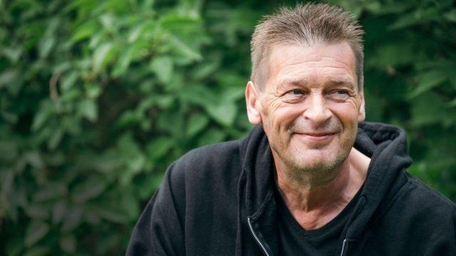 Vesa Kontiainen pääsi teininä tutustumaan suomalaisiin rocktähtiin, kun hänen äitinsä järjesti keikat Juvan Kaarihalliin.