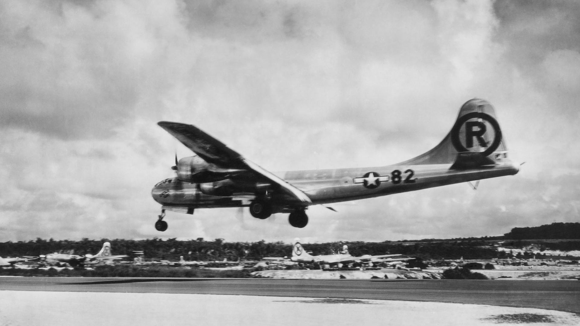 Enola Gay palasi Tinianin saarelle Hiroshiman lennoltaan elokuun 6. päivänä kello 14.58. Tukikohdassa järjestettiin olutkutsut, joissa tarjottiin ruokaa ja neljä pulloa olutta mieheen ilman anniskelukorttia.