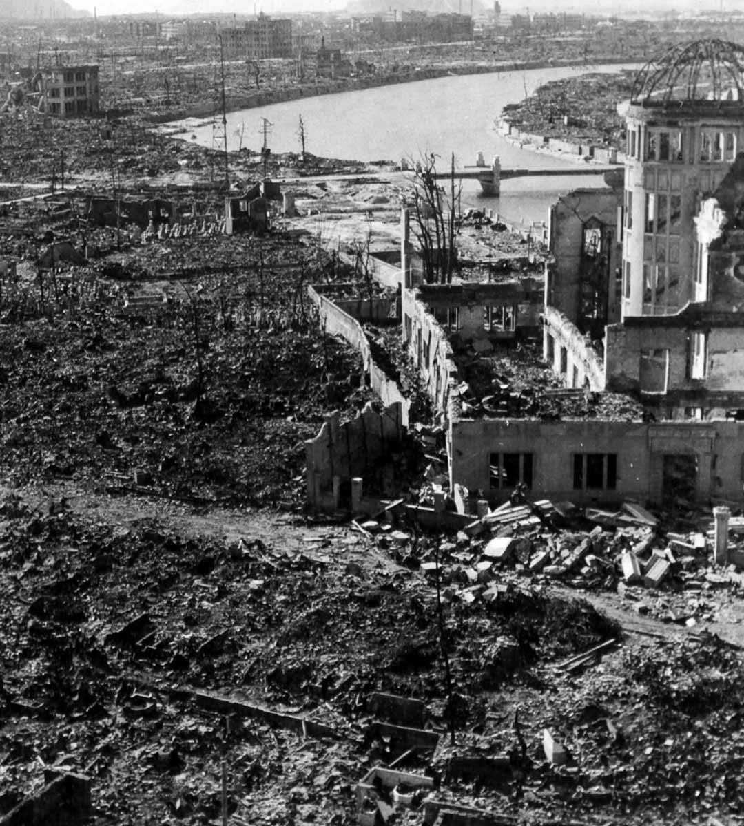 Hiroshima oli atomipommin jälkeen kuin pois pyyhkäisty. Henkiin jääneet eivät juurikaan saaneet apua, sillä kaupungin 50 sairaalasta oli jäljellä vain kolme.