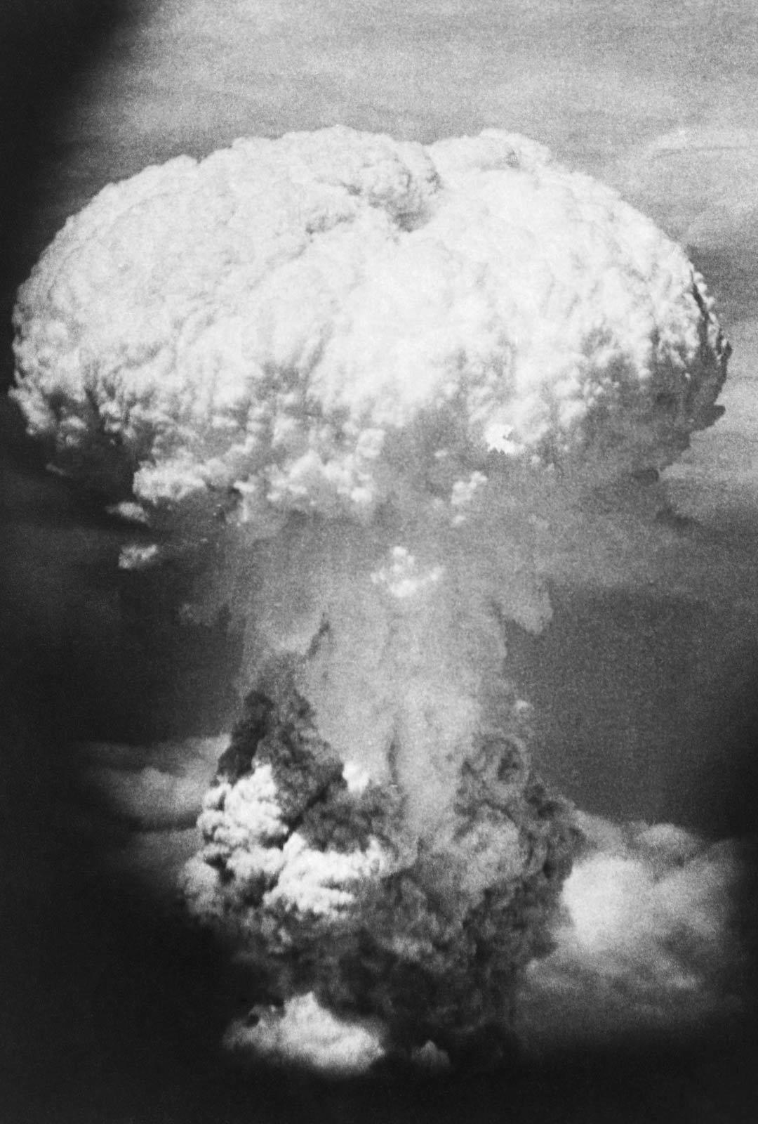 """Atomipommin pudottaneen koneen konekivääriampuja George Caron näki tuhoisan pilven omin silmin. """"Ja tuolla se tulee, se sienenmuotoinen räjähdyspilvi. Siinä on tulipunaisena hehkuva sisus. Hiroshiman täytyy olla sen alla."""""""