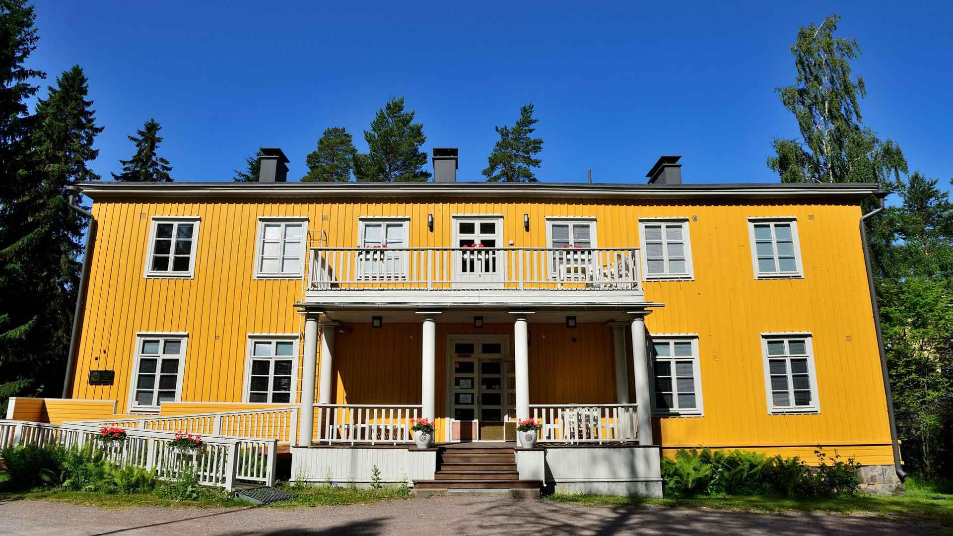 Juhani Aho ja Venny Soldan-Brofeldt asuivat ideologisista syistä vuokralla. Tästä syystä Järvenpään puolella olevassa Aholassa ei ole säilynyt taiteilijaperheen huonekaluja ja esineistöä.