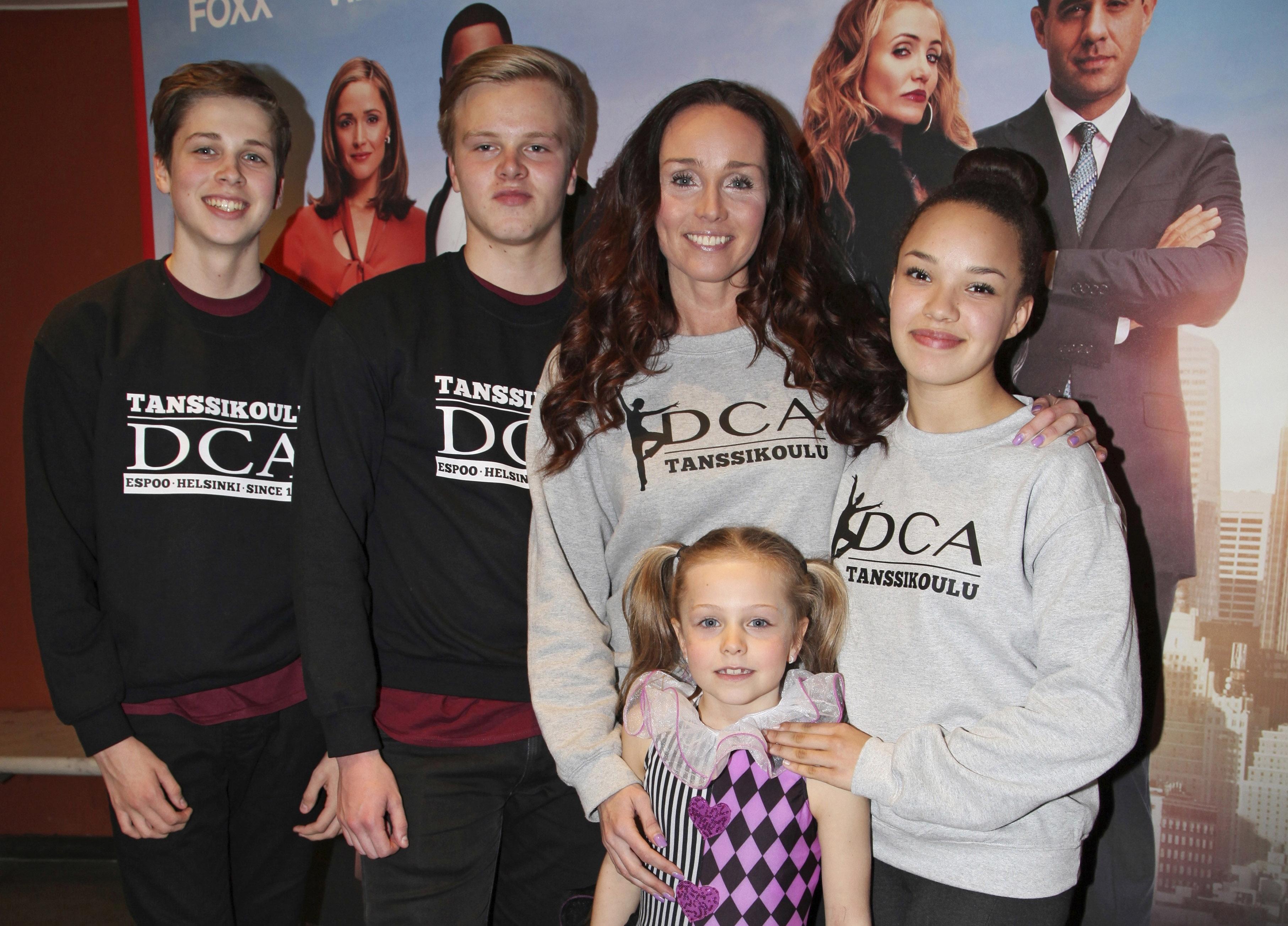 Anitra ja lapset Axu, Oskari, Anina ja Jasmin Ahtolan tanssikoulun järjestämässä Annie-elokuvan kutsuvierasnäytöksessä vuonna 2015.