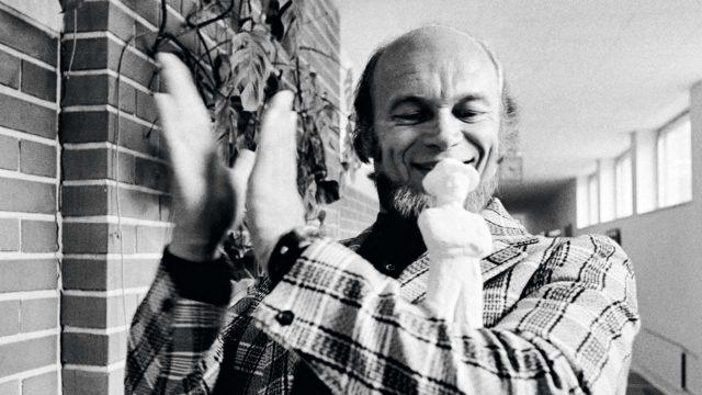 Hirttämättömät -komedian ohjannutSpede Pasanen palkittiin Jussi-patsaalla vuoden 1971 parhaana elokuvatuottajana.