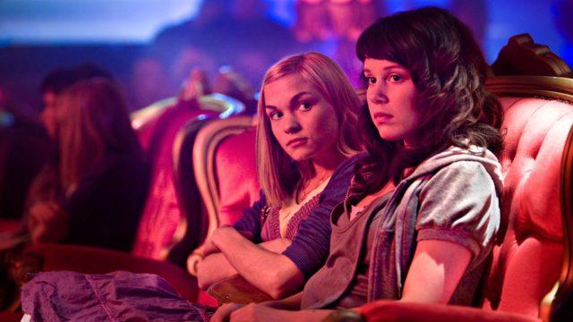 Kuvassa Raakel (Marjut Maristo) ja Maria (Amanda Pilke) elokuvassa Kielletty hedelmä.