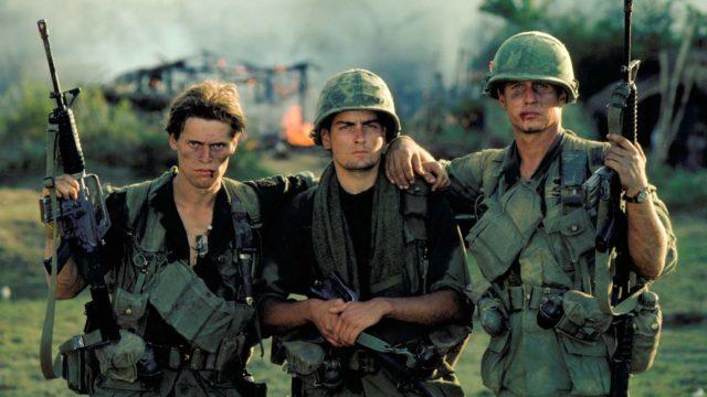 Kuvassa kersantti Elias (Willem Dafoe), Chris (Charlie Sheen) ja kersantti Barnes (Tom Berenger) elokuvassa Platoon – nuoret sotilaat.