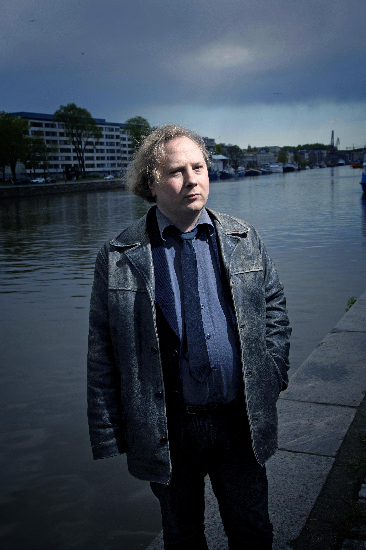 """""""Katoamistapauksista puhutaan siten, että niissä on aina jokin selittämätön elementti ja omituisia yksityiskohtia, miten nämä ihmiset ovat päätyneet jokeen"""", kertoo turkulainen dekkarikirjailija Jussi Marttila. Kuva: Pekka Nieminen/ Otavamedia"""
