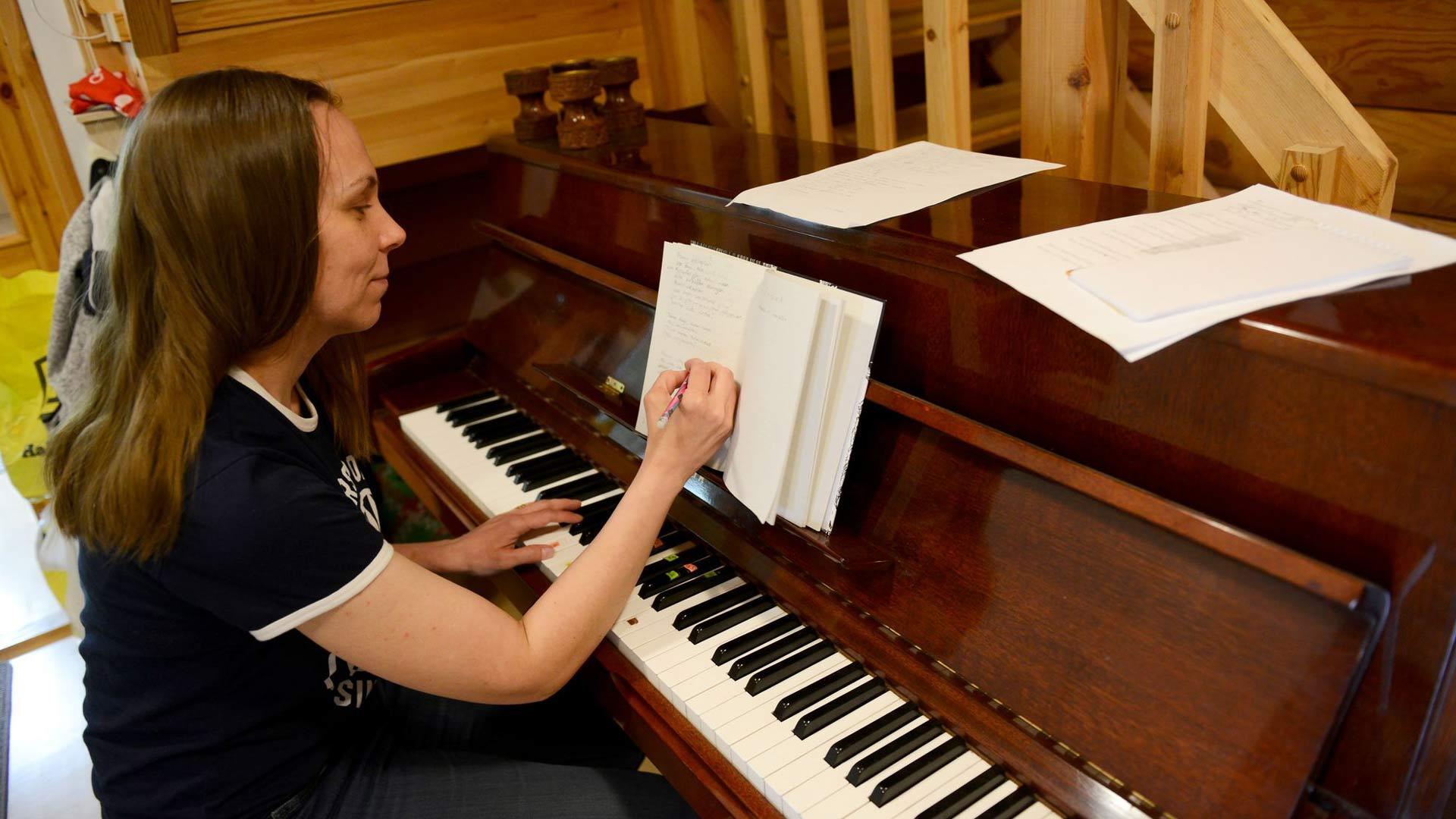 Johanna työstää ensimmäistä itse säveltämäänsä ja sanoittamaansa laulua. Kuka ties hän uskaltaa jonakin päivänä esiintyä ihmisyleisön edessä.