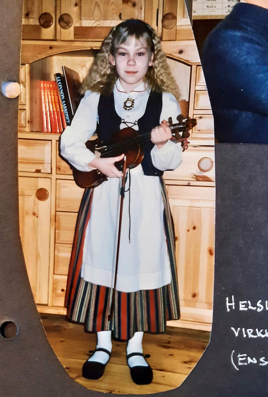 Johanna ala-asteikäisenä näppärinä. Musiikki oli ujolle ja varautuneelle tytölle tärkeä harrastus.