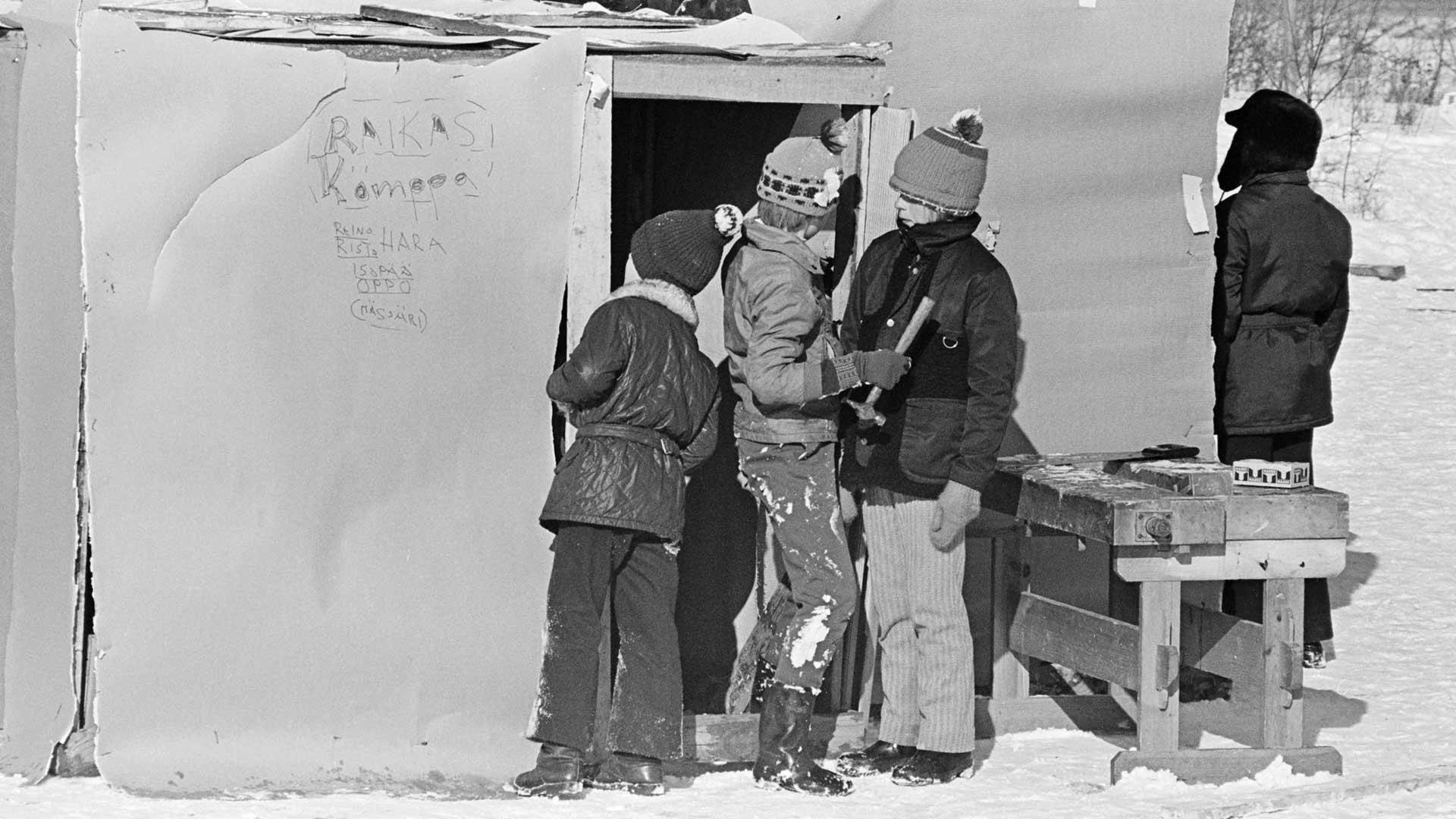 Koululaisten maailmankuvan muovaaminen aloitettiin kahden viikon esikokeilulla keväällä 1973. Oppilaat tutkivat rakentamaansa hökkelikylää.