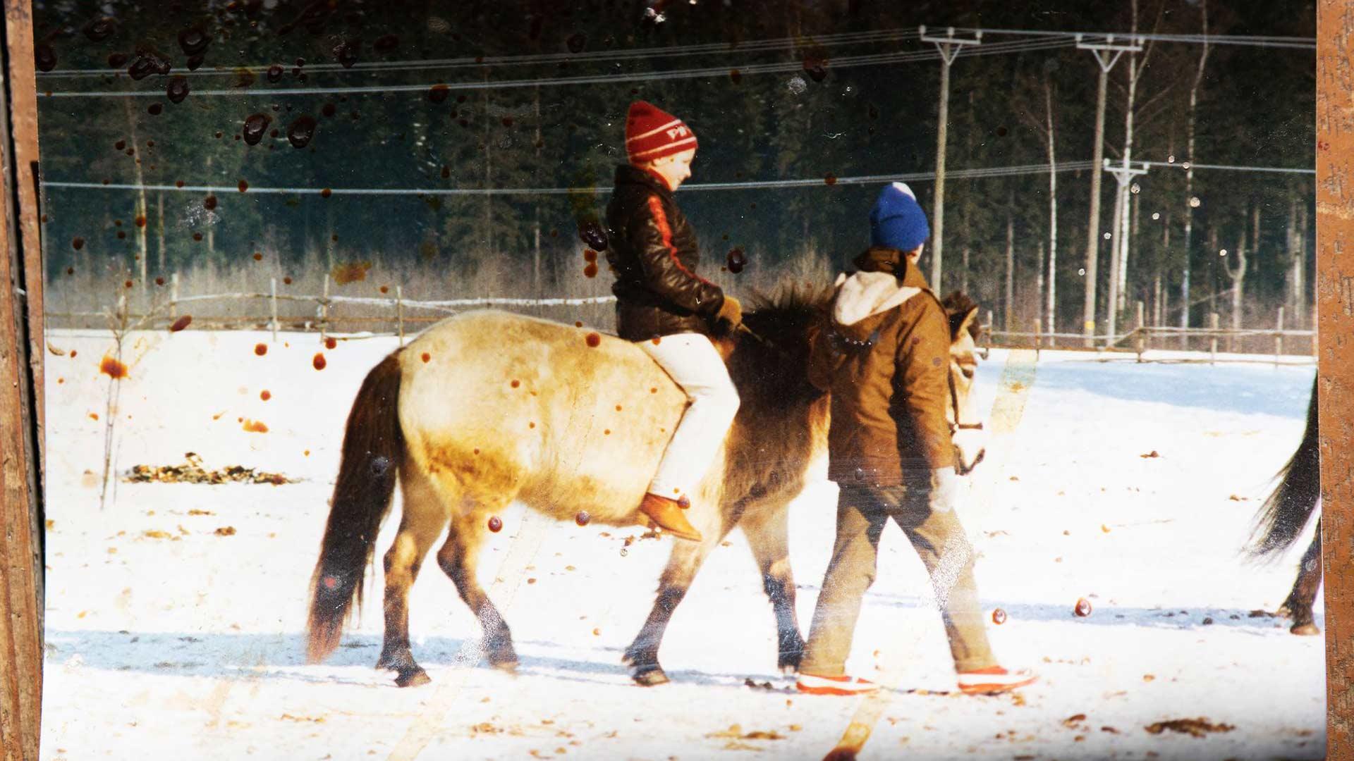 Ulla rakasti hevosia ja kaikkia eläimiä jo pienenä tyttönä. Kuvassa hän on 12-vuotias.