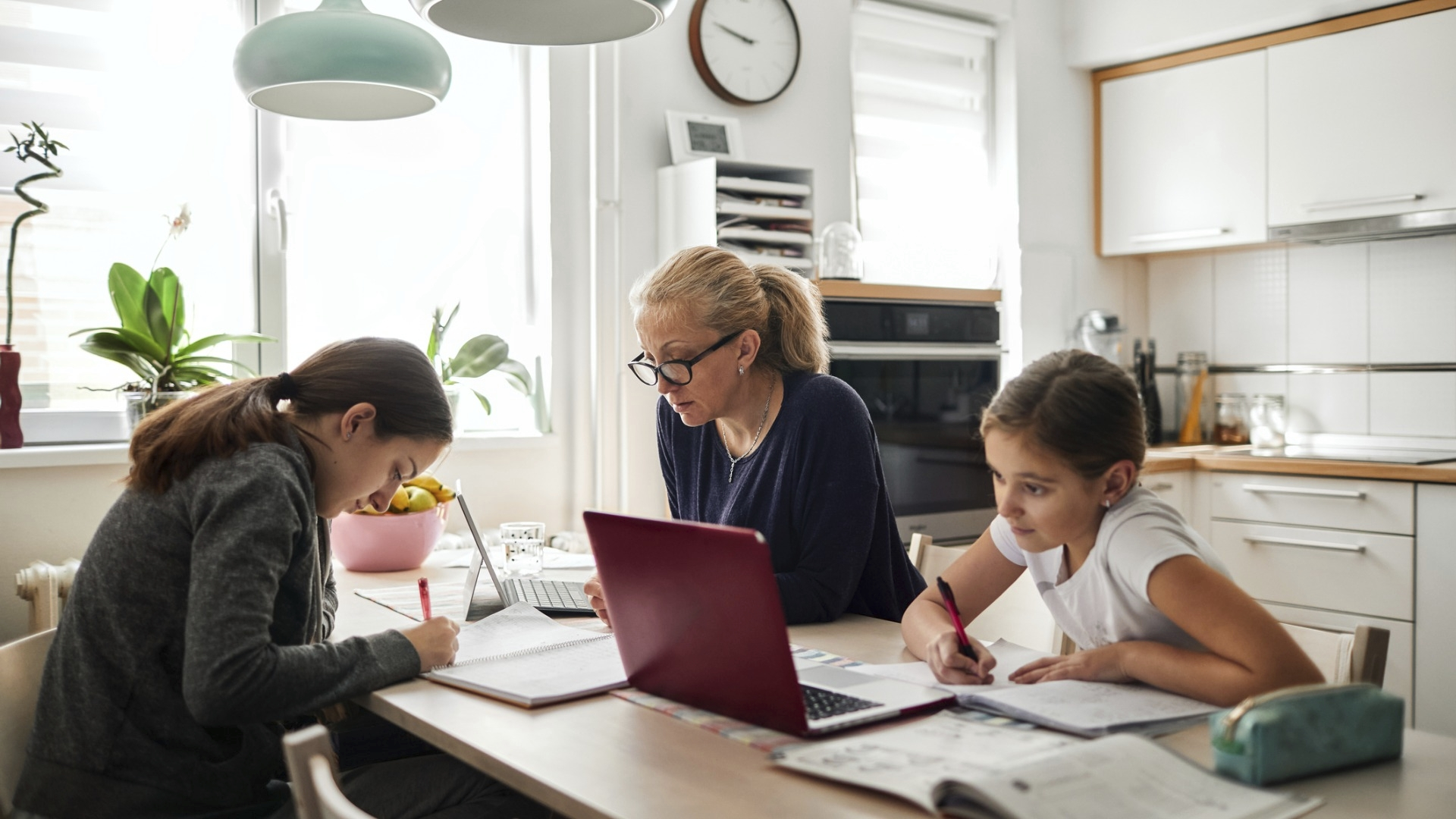 OAJ:n kyselyn mukaan koululaisilla oli pulaa myös laitteista. Monilapsissa perheissä saattoi esimerkiksi olla vain yksi tietokone, jota lapset joutuivat jakamaan.