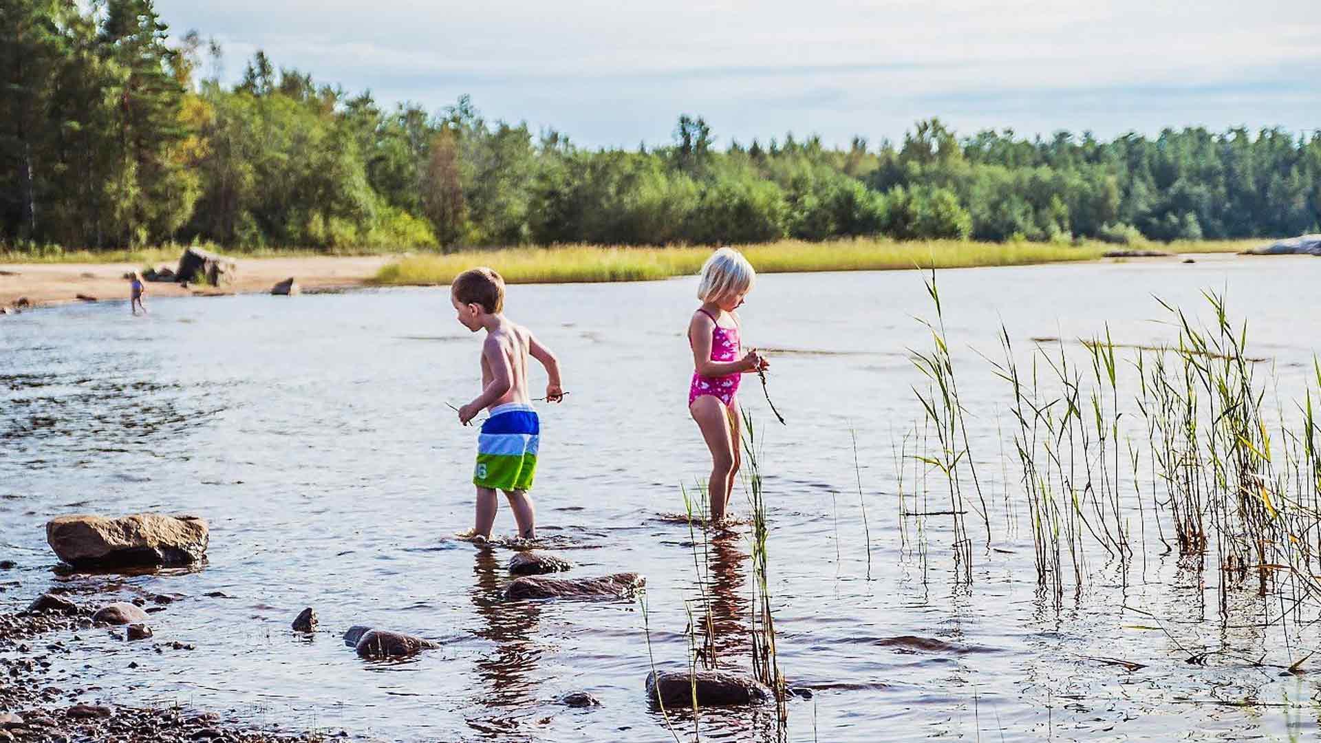 Noin 10 kilometrin päässä Pietarsaaren keskustasta olevassa Fäbodassa on upeita rantoja.